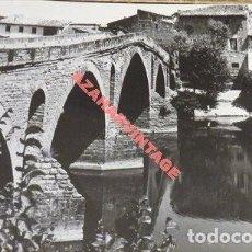 Fotografía antigua: ANTIGUA FOTOGRAFIA, PUENTE SOBRE EL RIO ARGA, PUENTE LA REINA, 178X128MM. Lote 113783371