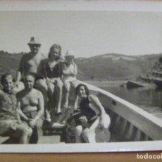 Fotografía antigua: FOTO DE GENTE EN BAÑADOR EN UNA BARCA POR EL EMBALSE DE BELAZAR , 1968. Lote 113864631