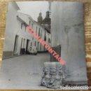 Fotografía antigua: PEÑAFLOR, SEVILLA, AÑOS 70, VISTA DE UNA CALLE, SEISCIENTOS, 105X120MM. Lote 113885451