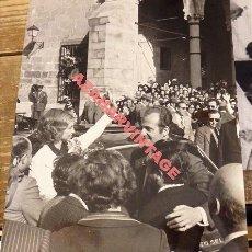 Fotografía antigua: TRUJILLO, CACERES, 1977, VISITA DE LOS REYES DE ESPAÑA, 180X240MM. Lote 113938883