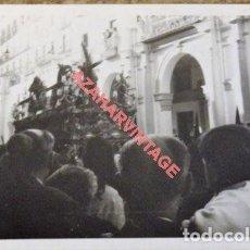 Fotografía antigua: SEMANA SANTA SEVILLA, ANTIGUA FOTOGRAFIA CRISTO TRES CAIDAS DE TRIANA POR EL ARENAL, 105X75MM. Lote 114153959