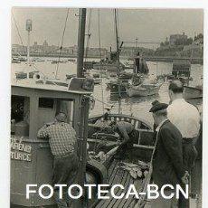 Fotografía antigua: FOTO ORIGINAL SANTURCE SANTURTZI PUERTO BARCA DE PESCADORES PESCADO VIZCAYA EUSKADI AÑO 1960. Lote 114253027