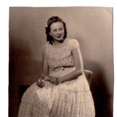 Fotografía antigua: FOTOGRAFÍA DE SEÑORITA SENTADA ESTUDIO AMER. MADRID 1941 - 13 X 8,5 CM. Lote 114372231