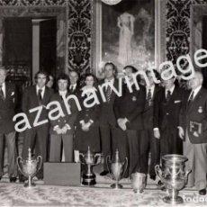 Fotografía antigua: MADRID,1975, ENTREGA PREMIOS DEPORTE, EL REY DON JUAN CARLOS, ANGEL NIETO, PIRRI, ETC..178X128MM. Lote 114517767