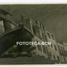 Fotografía antigua: FOTO ORIGINAL CALELLA DE PALAFRUGELL BARCA DE PESCADORES CASAS EN LA PLAYA AÑO 1956. Lote 114528679