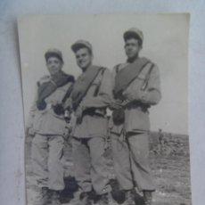 Fotografía antigua: FOTO DE LA MILI : SOLDADOS CON ROPA DE FAENA Y MANTA TERCIADA . AÑOS 50 . Lote 114788311