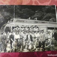 Fotografía antigua: ANTIGUA FOTOGRAFIA. AUTOBÚS. AUTOMÓVILES SAMA. GIJÓN. EXCURSIONISTAS. FOTO AÑOS 50.. Lote 115035383