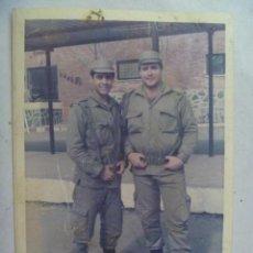 Fotografía antigua: FOTO DE LA MILI : SOLDADOS CON ROPA DE FAENA . CERRO MURIANO ( CORDOBA ) , 1979. Lote 115121715