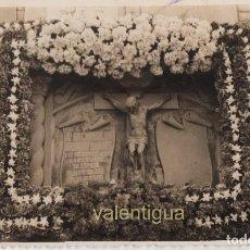 Fotografía antigua: INTERESANTE FOTOGRAFÍA. TUMBA NICHO CON ORLA DE FLORES AÑOS 40-50 FOTÓGRAFO FERNANDO LÓPEZ, VALENCIA. Lote 116544155