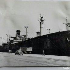 Fotografía antigua: SANTANDER. DOS BARCOS EN EL PUERTO. AÑOS 60S. Lote 116643448