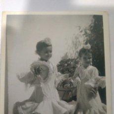 Fotografía antigua: FOTOGRAFIA NIÑAS SEVILLANAS CON TRAJES FLAMENCAS AÑOS 70 FERIA ABRIL,FOTO,1971. Lote 116787302