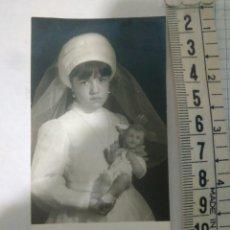 Fotografía antigua: FOTOGRAFÍA NIÑA PRIMERA COMUNION ,AÑO 1970 RECUERDO PRIMERA COMUNION SEVILLA. Lote 116789002