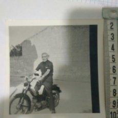 Fotografía antigua: FOTOGRAFIA SEVILLANO PASEANDO CON SU MOTO AÑOS 50,FOTO MOTO EPOCA. Lote 116789546
