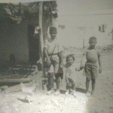 Fotografía antigua: FOTOGRAFIA NIÑOS EN EL CORRAL DE SU CASA AÑOS 40,FOTO CADIZ. Lote 116789671