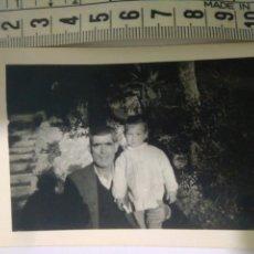Fotografía antigua: PADRE CON SU NIÑO EN PARQUE AÑOS 40,SEVILLA. Lote 116791887