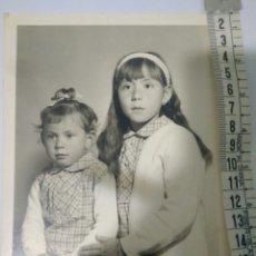Fotografía antigua: FOTO HERMANAS. DOMINGO MISA AÑO 1968,FOTO LORENTE. Lote 116793951