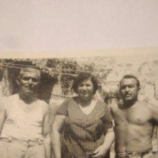 Fotografía antigua: FOTOGRAFIA ANTIGUA CADIZ FAMILIA PESCADORES AÑOS 40,EN TIPICO CORRAL DE CASA. Lote 116803282