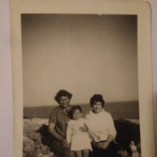 Fotografía antigua: FOTOGRAFIA FAMILIA CON NIÑA CONIL CADIZ .FOTO AÑOS 50. Lote 116803375