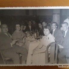 Fotografía antigua: FOTO CELEBRACIÓN BANQUETE - 22-9--1956 FOT. MONTOLIO (MADRID). Lote 116946091