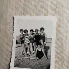 Fotografía antigua: ANTIGUAS FOTOGRAFÍA. PLAYA DE LAS ARENAS. VALENCIA. CHICAS EN BAÑADOR. FOTO AÑOS 50.. Lote 116953823