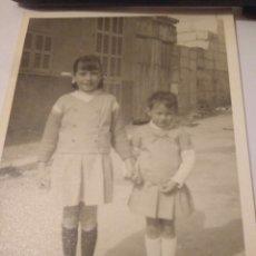 Fotografía antigua: FOTOGRAFIA AÑOS 60 NIÑAS VECINAS EN SU CALLE MALLORCA. Lote 116977486