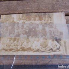Fotografía antigua: FOTO FOTOGRAFIA MAESTRO CON NIÑOS ESCUELA O SIMILAR EL ARAHAL . Lote 116996135