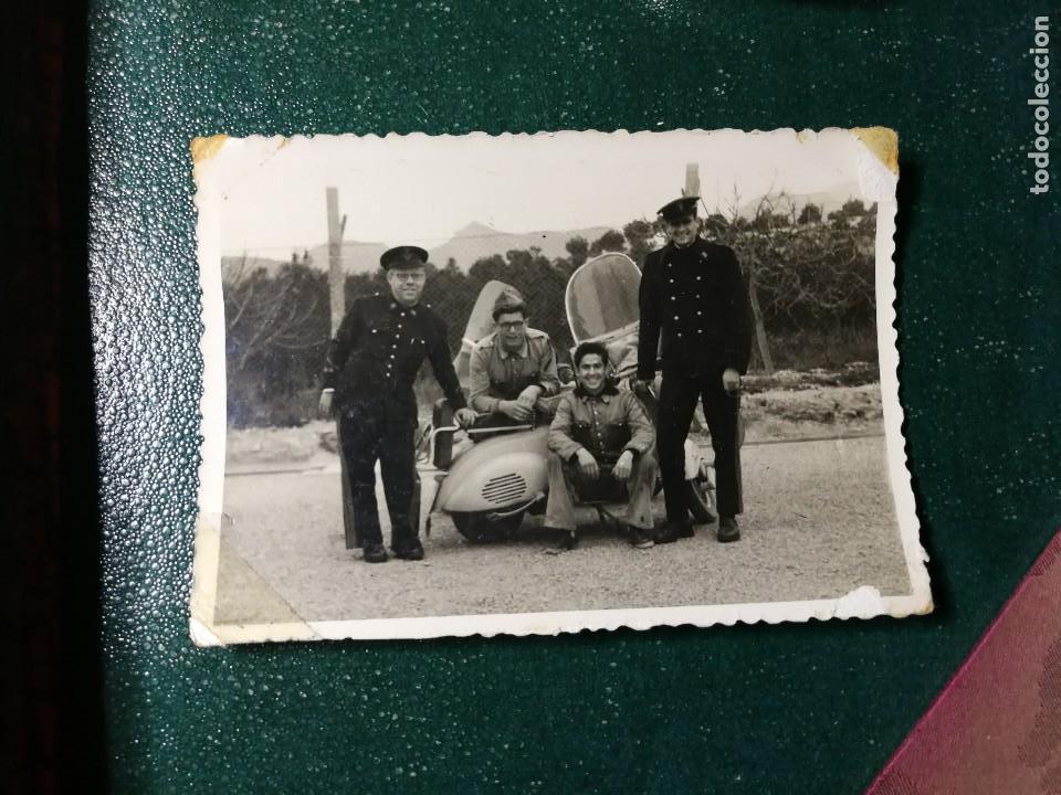ANTIGUA FOTOGRAFÍA. MILITARES JUNTO A MOTO VESPA O LAMBRETA. FOTO AÑOS 50. (Fotografía Antigua - Fotomecánica)