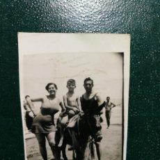 Fotografía antigua: ANTIGUA FOTOGRAFÍA. CHICO, CHICA Y NIÑO EN BAÑADOR JUNTO AL BORRICO. FOTO AÑOS 50.. Lote 117171967