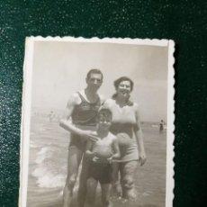 Fotografía antigua: ANTIGUA FOTOGRAFÍA. CHICO, CHICA Y NIÑO EN BAÑADOR. FOTO AÑOS 50.. Lote 117171991