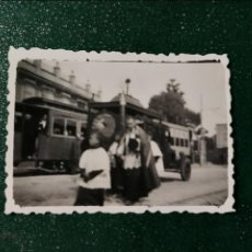 Fotografía antigua: ANTIGUA FOTOGRAFÍA. COCHE FUNERARIO Y TRANVÍA. FOTOS AÑOS 40.. Lote 117649783