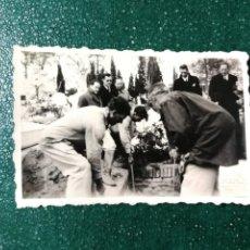 Fotografía antigua: ANTIGUA FOTOGRAFÍA. FUNERAL. ENTIERRO. FOTO AÑOS 40.. Lote 117650687