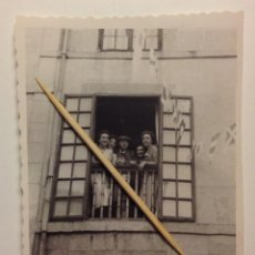 Fotografía antigua: FIESTAS CUDILLERO. LA AMURAVELA. EL DOCTOR PÍO FERNÁNDEZ-AHÚJA EN SU CASA. Lote 117869643