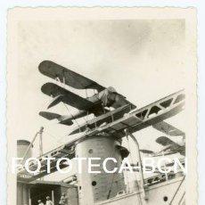 Fotografía antigua: FOTO ORIGINAL BARCO BUQUE DE GUERRA AVION BIPLANO HIDROAVION POSIBLEMENTE PUERTO BARCELONA AÑOS 40. Lote 118149331