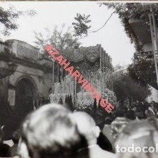Fotografía antigua: SEMANA SANTA SEVILLA, AÑOS 70, PALIO DE LA ESPERANZA MACARENA, 105X75MM. Lote 118484011