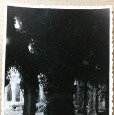 Fotografía antigua: FOTO ANTIGUA ORIGINAL E INEDITA. SANTILLANA DEL MAR 6. FOTOS. AÑO 1956. MEDIDAS 102 MM X 72 MM.. Lote 118853239