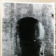Fotografía antigua: FOTO ANTIGUA ORIGINAL E INEDITA. SANTILLANA DEL MAR 8. FOTOS. AÑO 1956. MEDIDAS 102 MM X 72 MM.. Lote 118853315
