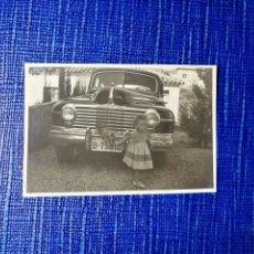 Fotografía antigua: ANTIGUA FOTOGRAFÍA. NIÑA JUNTO AL COCHE. MATRÍCULA DE BARCELONA. FOTO AÑOS 40. ANTIGUO.. Lote 118855291