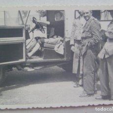 Fotografía antigua: FOTO DE ABUELA EN UN CAMION , AL LADO GUARDIA FORESTAL Y SEÑORITO VESTIDO DE CAMPERO . Lote 119030303