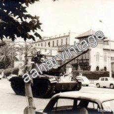 Fotografía antigua: SEVILLA, 1968, TANQUE POR LAS CALLES, DESFILE, ESPECTACULAR,180X130MM. Lote 119033495