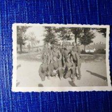 Fotografía antigua: ANTIGUA FOTOGRAFÍA. MILITARES. FOTÓGRAFO A.S. KOCH. VITORIA. ÁLAVA. FOTO AÑOS 40/59.. Lote 119101183