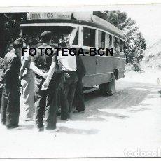 Fotografía antigua: FOTO ORIGINAL AUTOCAR LINEA LLEIDA FOS PARADA EN EL CAMINO AÑOS 30/40. Lote 119235051