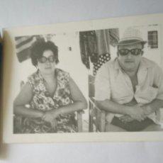 Fotografía antigua: FOTO PAREJA EN LA PLAYA FOTOGRAFIA AÑOS 60. Lote 119274322