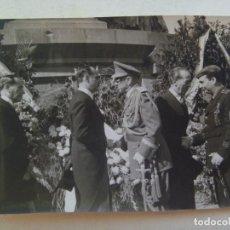 Fotografía antigua: FOTO GENERAL MOSCARDÓ CON LAUREADA, FALANGE VIEJA GUARDIA ASPA HERIDO. BARCELONA . DE BRANGULÍ, 1943. Lote 171853862
