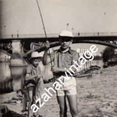 Fotografía antigua: SEVILLA, ANTIGUA FOTOGRAFIA, NIÑOS PESCANDO EN EL RIO GUADALQUIVIR, 75X105MM. Lote 119859007