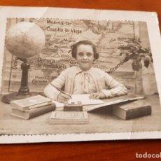 Fotografía antigua: ANTIGUA FOTOGRAFIA ESCOLAR COLEGIO MAPA DE ESPAÑA GLOBO TERRAQUEO. Lote 120028391