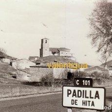 Fotografía antigua: FANTÁSTICA FOTO VISTA PADILLA DE HITA, GUADALAJARA, DESDE LA CARRETERA, CON SU IGLESIA AL FONDO 1970. Lote 120229151