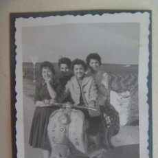 Fotografía antigua: FOTO DE SEÑORITAS EN MOTO LAMBRETTA CON PEGATINAS DE DIBUJITOS DE DISNEY. Lote 120238175
