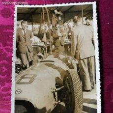 Fotografía antigua: ANTIGUA FOTOGRAFÍA.PEDRALBES.BARCELONA.GRAN PREMIO DE ESPAÑA FORMULA 1.PILOTO STIRLING MOSS.AÑO 1954. Lote 114170951