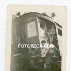 Fotografía antigua: FOTO ORIGINAL TREN FERROCARRIL DESCARRILADO EXCURSIONISTAS CATALUNYA AÑOS 30. Lote 120404635