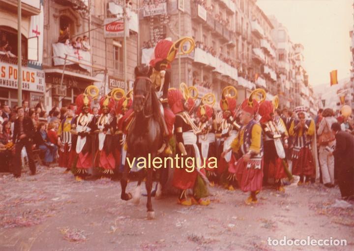 FOTOGRAFÍA. COMPARSA MORA. FIESTA MOROS Y CRISTIANOS, ALCOY ALICANTE. AÑOS 70. BAR IDEAL. JINETE. (Fotografía Antigua - Fotomecánica)
